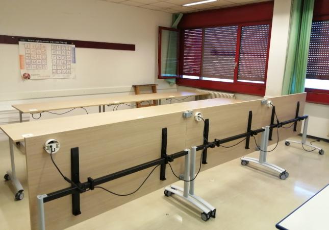 Tavolo pieghevole presso laboratorio scolastico