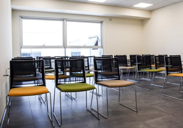Sala riunione con sedie Multi Mesh